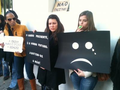Cerca de centena e meia de professores manifestaram-se em solidariedade com os colegas