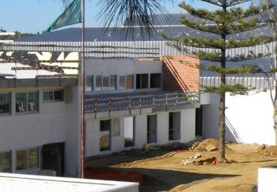 Espaços exterior da Secundária Júlio Dantas convertidos em estaleiros